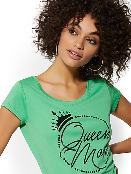 "Green Studded ""Queen Mom"" Graphic Logo Tee - New York & Company"